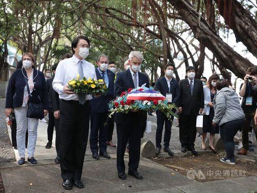「清仏戦争記念園区」を訪れる林右昌基隆市長(手前左)とアラン・リシャール元仏国防相(手前右)=同市政府提供