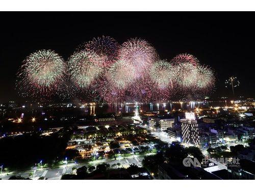 高雄港に打ち上げられた双十国慶節(中華民国の建国記念日)を祝う花火