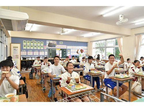 台南産ブンタンを食べる笠間市立友部中学校の生徒たち(台南市政府提供)