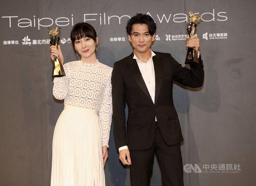 台北映画賞主演男優賞に輝いたロイ・チウ(右)と同賞主演女優賞を初受賞したピース・ヤン