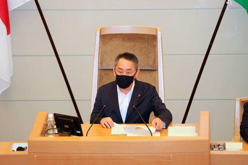 提案する神戸市会の坊恭寿議長(上畠寛弘市議提供)