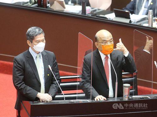 立法院院会に臨む李文化部長(左)。右は蘇貞昌行政院長(首相)=10月12日撮影