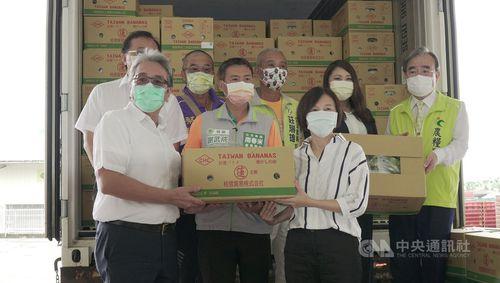 バナナの積み込み式典に臨む農糧署の胡署長(右端)ら=同署提供