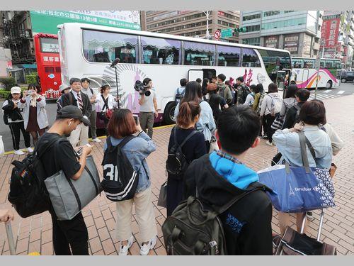 総統選へ秒読み 若者乗せた帰省バス発車 3300人が投票のため故郷へ
