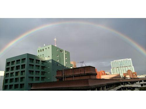 台北市に巨大な虹のアーチ出現