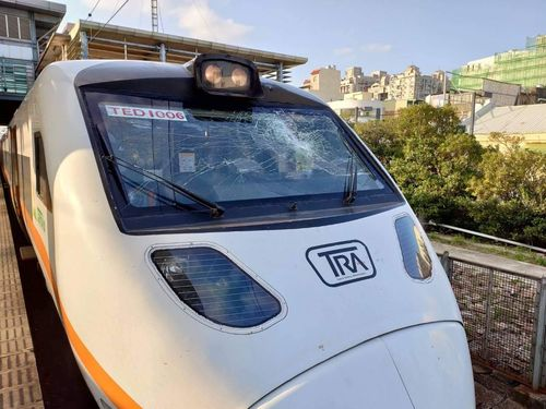 台湾鉄道の特急、電車線設備に接触 けが人なし
