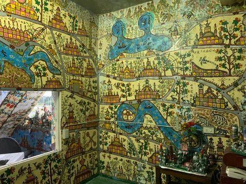 摩訶不思議な空き家の壁画、ネットで話題に 作者は他界した家主