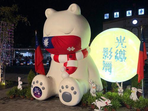 嘉義駅前の眠るクマ、国慶節仕様に!