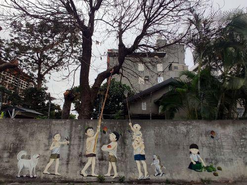 子どもの頃の体験が外壁のアートに マンゴー泥棒!