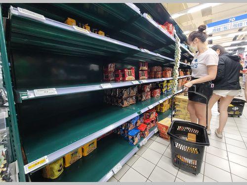 国内感染拡大を懸念 スーパーに連日買いだめ客が殺到