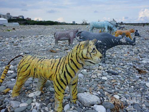 花蓮の海浜にコンクリート動物出現 太平洋の絶景を眺める