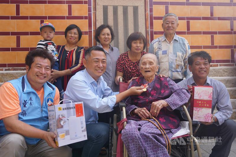 もうすぐ敬老の日  数え109歳の高齢者に県長が記念品/台湾・金門