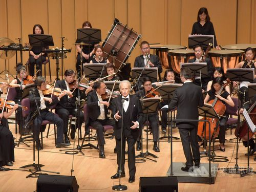 Tenor Carreras draws full house in Pingtung County with local choir
