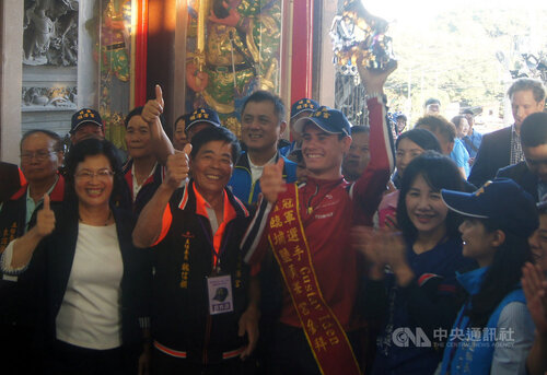 Athlete who sparked 'lucky cap' craze visits Changhua temple