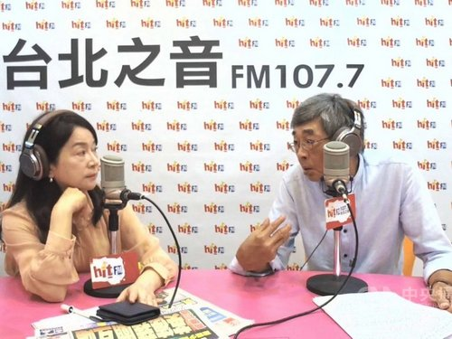 Dissident Hong Kong bookseller Lam Wing-kee (林榮基, right)
