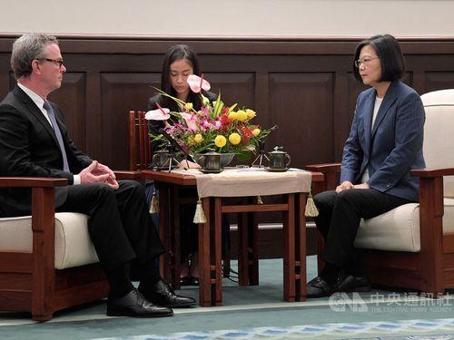 President Tsai Ing-wen (蔡英文, right) and former Australian Defense Minister Christopher Pyne.