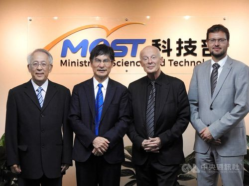 Chen Liang-gee (second left)