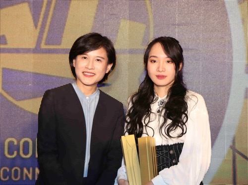Culture Minister Cheng Li-chiun (鄭麗君, left) and Taiwanese comic artist Monday Recover (星期一回收日) / Photo courtesy of the Ministry of Culture