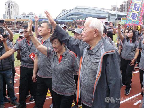Morris Chang (張忠謀, right)