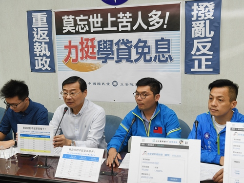 KMT legislative caucus whip Tseng Ming-chung (曾銘宗, second left) speaks at  a new conference.