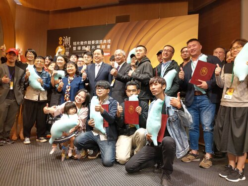 Max Tseng (second row, second from right), who won the first prize of the 5th Trending Taiwan Short Film Competition, poses with organizers and other winners in the awarding ceremony on Wednesday.