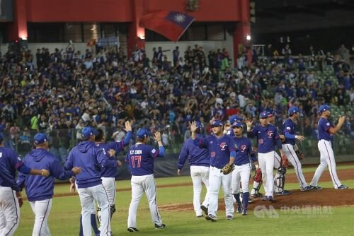 Taiwan celebrates after beating Venezuala in Premier12
