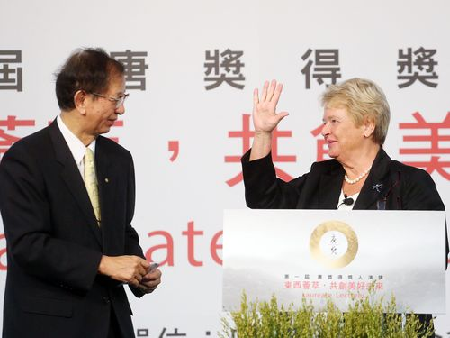 Former Norwegian Prime Minister Gro Harlem Brundtland (right) and Nobel Prize laureate Lee Yuan-tseh, who convened the panel of judges for the Tang Prize .