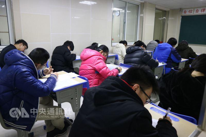 中國大陸今年放寬讓學測均標生也可申請赴陸就讀大學,看似雨露均霑的「利多」,就讀大陸高中的台灣學生卻被排除在外,這批鎖定就讀大陸大學的台灣學生只好繼續埋頭準備5月份登場的港澳台聯招考試。中央社記者陳家倫上海攝 107年3月1日