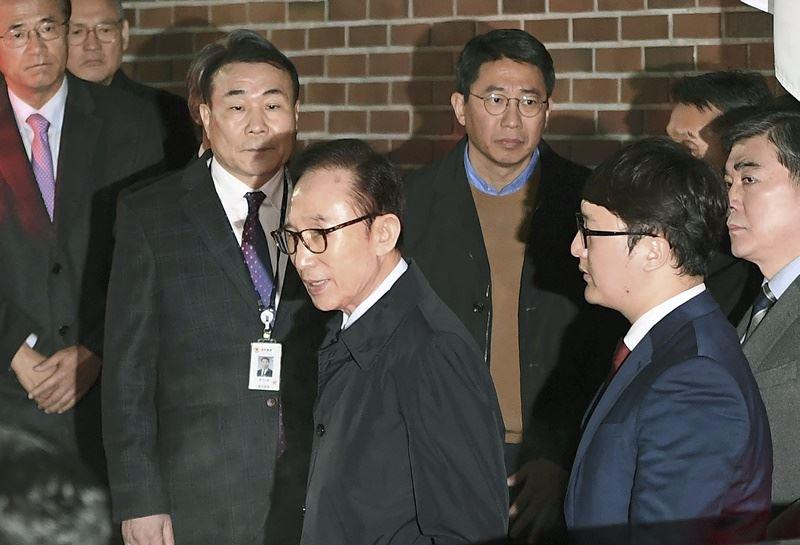前南韓總統李明博(前左)22日深夜因涉貪遭逮捕,他是南韓第4位仍在世、因涉貪而被捕的前總統。(共同社提供)