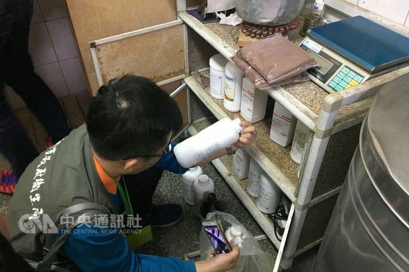 台南市一家地下羊乳工廠涉嫌以牛奶粉、奶精調製後假冒羊乳,檢調單位及市府衛生局人員27日前往搜索,查獲大批原料。(台南市衛生局提供)中央社記者楊思瑞台南傳真 107年3月28日