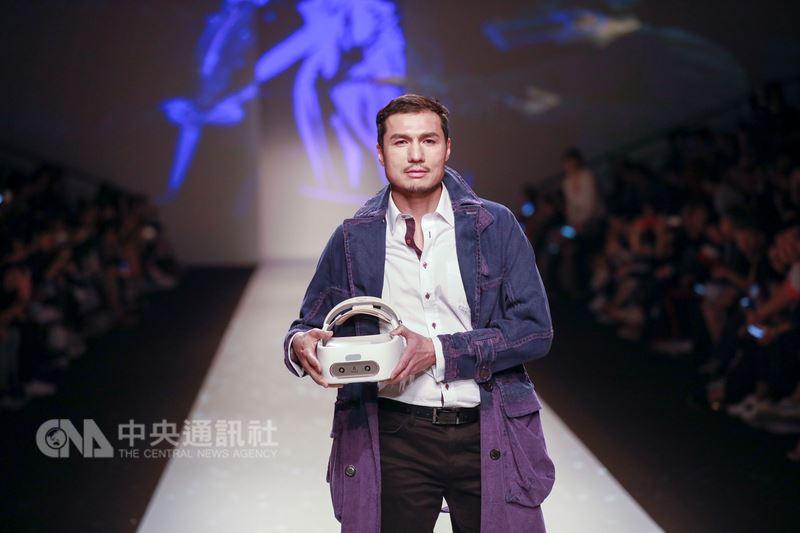 宏達電(2498)打造秋冬上海時裝週開幕秀,HTC Vive中國區總經理汪叢青客串模特兒,獻上首次VR走秀。(HTC提供)中央社記者江明晏傳真 107年4月2日
