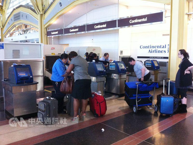 美國機場今年夏天將採取更嚴格的安檢措施,包括要求旅客在隨身行李過X光前,把行李中的食物取出來。(中央社檔案照片)