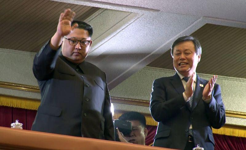 北韓領導人金正恩(左)21日宣布將不再進行核試或試射洲際彈道飛彈。圖為日前南韓表演團赴平壤演出,金正恩觀看表演畫面。(檔案照片/共同社提供)