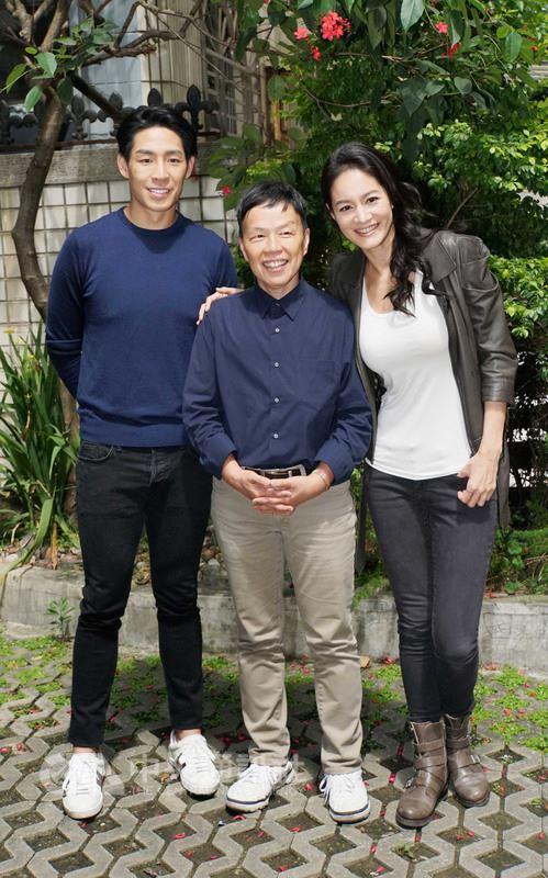 導演王小棣(中)今年打造全新連續劇「20之後」,找來藝人藍鈞天(左)、Janet(謝怡芬)(右)扮演夫妻檔。(公視提供)中央社記者江佩凌傳真 107年4月25日