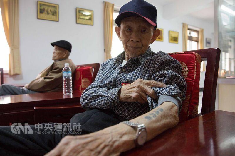 87歲的張文業,右手自由鳥、左手「肅清共匪」字樣,隨時間流逝,刺青早已褪色,他是台灣為數不多韓戰老兵之一。中央社記者游凱翔攝  107年4月27日