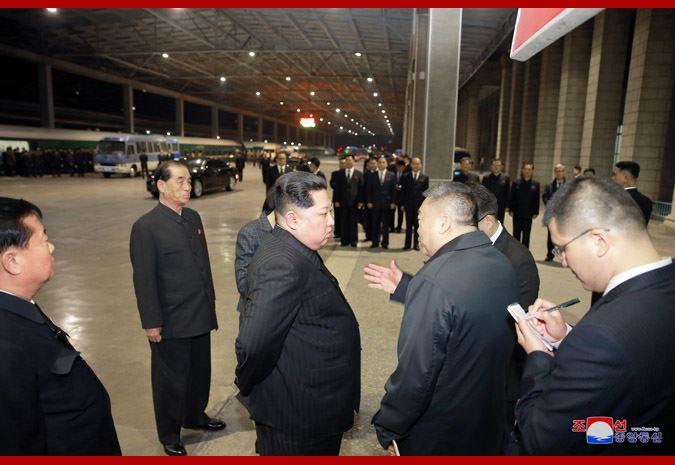 中國大陸遊客22日在北韓發生重大車禍,26日凌晨,載有中國籍死傷者的專列自平壤啟程返回中國,北韓領導人金正恩(右3)親自送行。(取自北韓中央通信社 www.kcna.kp)