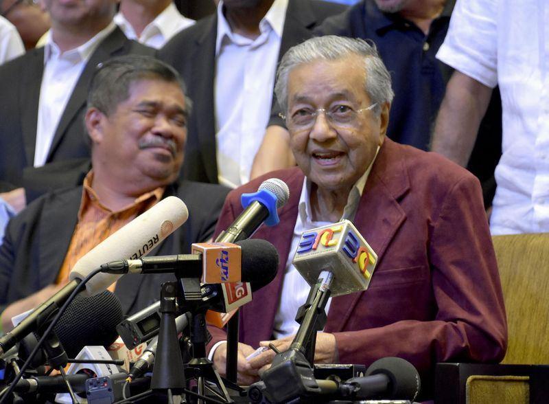 馬來西亞第14屆全國選舉實現了首次的政黨輪替,希望聯盟領袖馬哈地(右)以92高齡重新進入國會。(共同社提供)