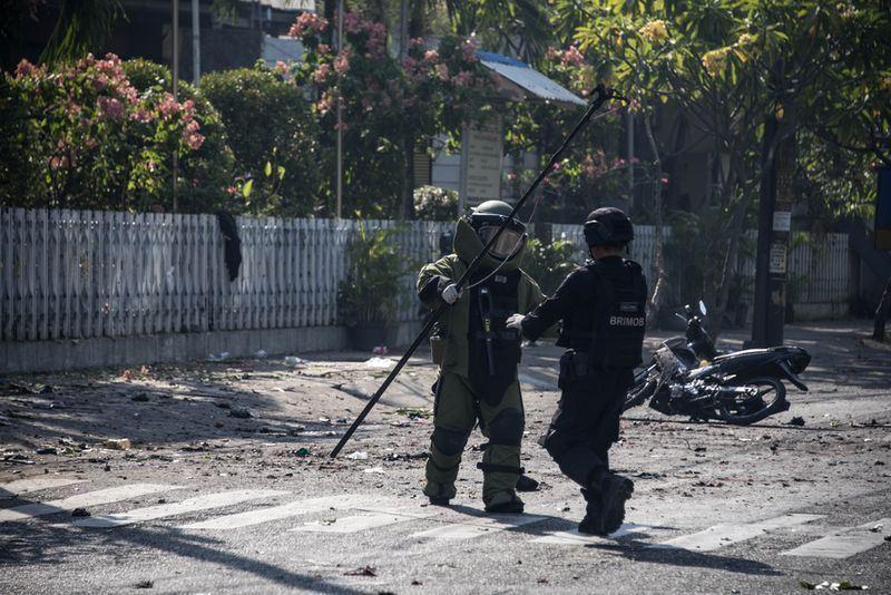 印尼第2大城泗水3間教堂13日上午遭到自殺炸彈客攻擊,外交部發言人李憲章表示,目前台商僑民均安。(法新社提供)