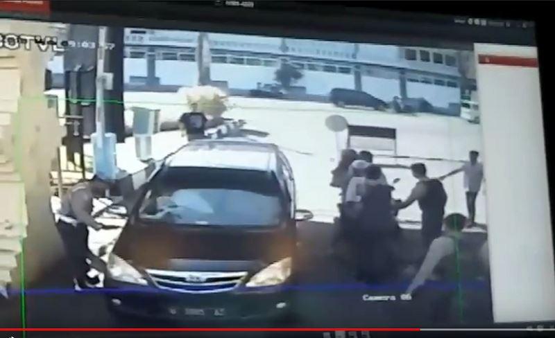 泗水警局總部14日上午傳出炸彈攻擊,造成至少一名警員受傷。(泗水警官提供)