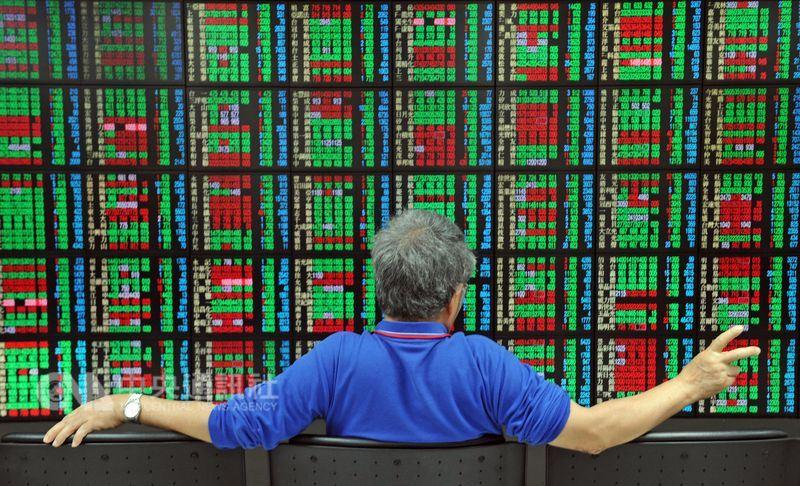 券商主管表示,台股自上萬點以來,包括成交值、市值、外資持股比例全面回溫,且能穩在一定的水準之上,是讓台股萬點之路走得既穩且長的主因。(中央社檔案照片)