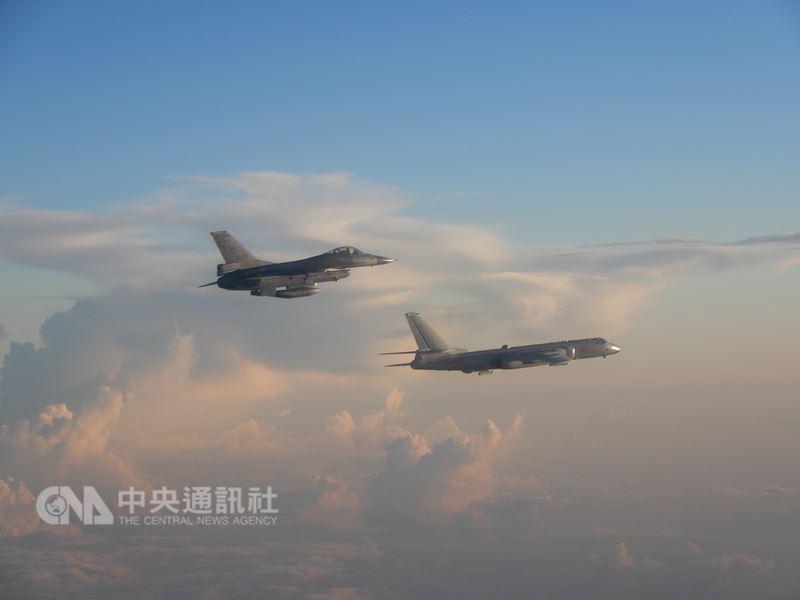 共機再度擾台,空軍司令部25日公布F-16戰機(左)升空監控共機轟6(右)的畫面,空軍說,對於區域內共軍海空機艦任務動態均能全程掌握預警情資。(空軍司令部提供)中央社記者劉麗榮傳真 107年5月25日