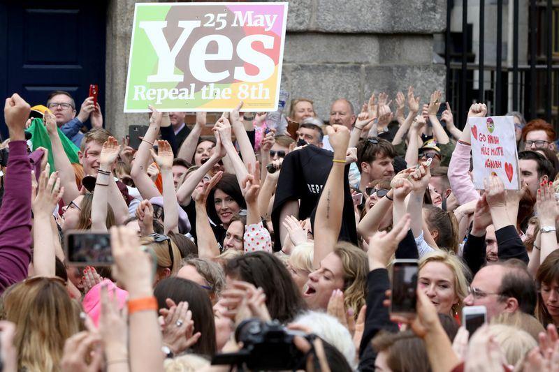 愛爾蘭25日舉行歷史性墮胎合法化公投,最後官方結果顯示,66.4%選民支持廢除憲法明定的墮胎禁令。(法新社提供)
