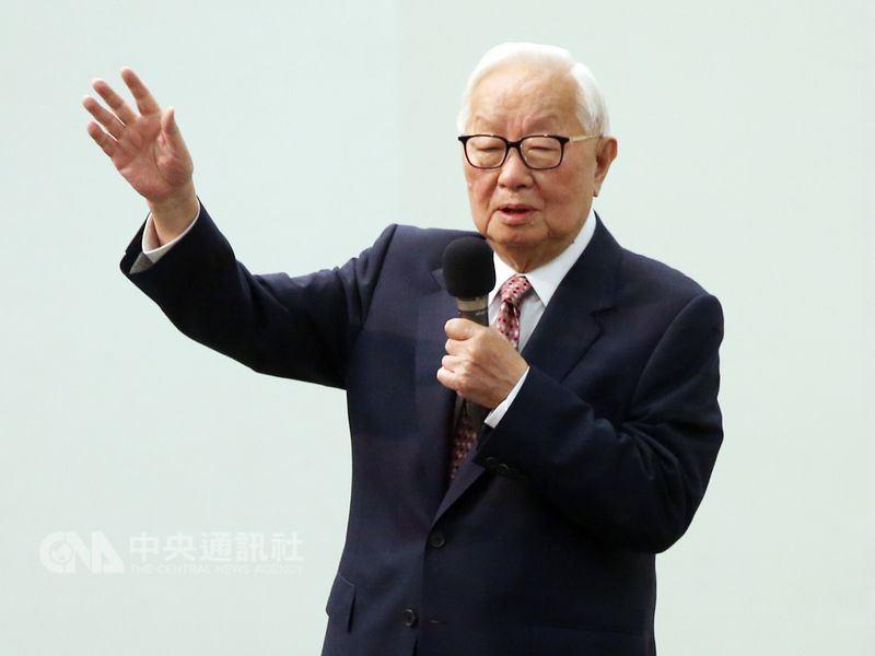 半導體教父張忠謀(圖)即將退休,偉詮電董事長林錫銘說,很慶幸台灣半導體產業的發展過程中有張忠謀。(中央社檔案照片)