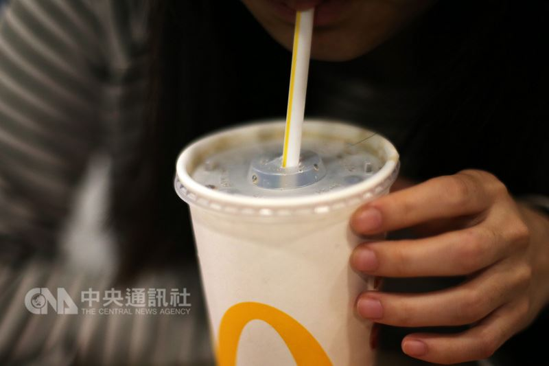 根據外媒報導,法國的麥當勞連鎖速食餐廳規劃於18日起,執行以其他方式取代塑膠吸管的測試,可能改用不含塑料的吸管或特殊設計的杯子。(中央社檔案照片)