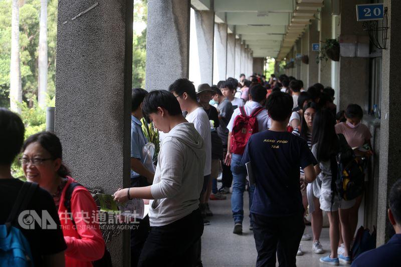 107學年度大學指考1日登場,首日考物理、化學、生物,學生在走廊溫習功課,做考前最後衝刺。中央社記者吳家昇攝 107年7月1日