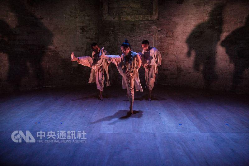 台灣的蒂摩爾古薪舞集去年在法國亞維儂演出,深受好評,今年帶著「Varhung~心事誰人知」再度登台。(蒂摩爾古薪舞集提供,Michel Cavalca攝)中央社記者曾依璇亞維儂傳真 107年7月13日