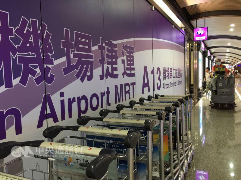 桃園市長鄭文燦16日表示,桃園機場將計劃全線調降新台幣10元。(中央社檔案照片)