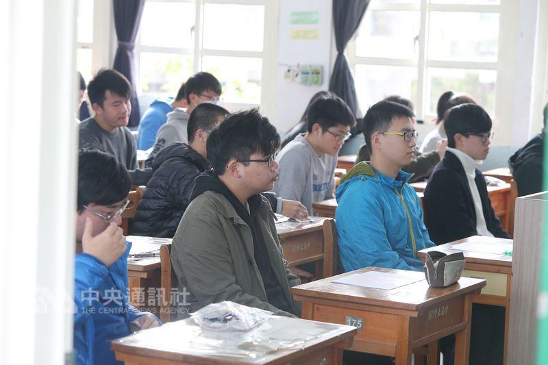 大考中心16日表示,108學年學測將改為考生自由選考科目,因此考試時間和考試科目順序都有調整。(中央社檔案照片)