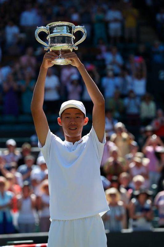 17歲台灣網球小將曾俊欣15日奪下溫網錦標賽青少年組男單冠軍。(圖取自溫網臉書 www.facebook.com/wimbledon)