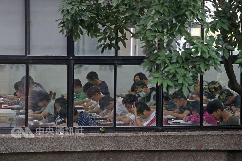 大學指考成績19日公布,今年僅3科有人滿分,包括數甲、數乙和化學。(中央社檔案照片)